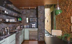 dinding dapur dengan batu alam