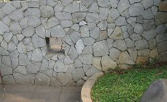 dinding pagar dengan batu alam