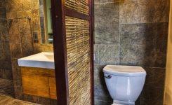 sekat bambu ruangan kamar mandi